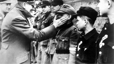 Hitler tätschelt Kindersoldaten