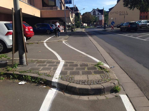 Radweg quer über Bordstein gemalt