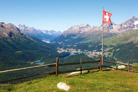Schweizer Fahne vor Bergen