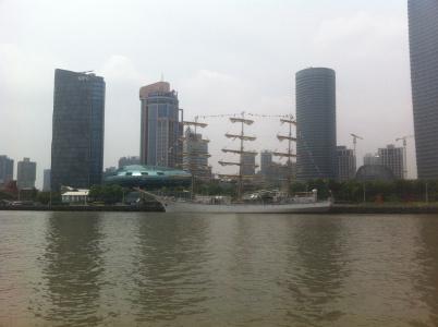 Das russische Segelschulschiff Nadeshda im Huangpu