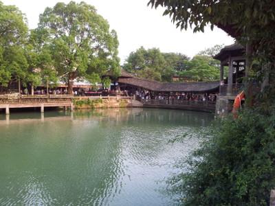 Wuzhen: Brücke mit Touristen