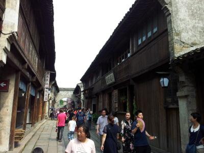 Gasse mit Holzhäusern in Wuzhen