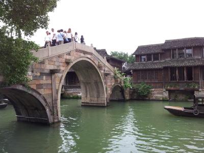 Wuzhen: Mehr Touristen, auf einer Brücke